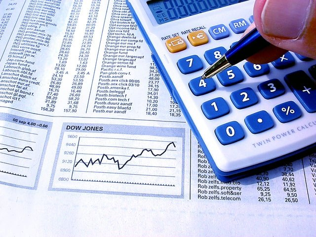 Image of a calculator and analysis for an article about Spend Analysis in Supply Chain Management.